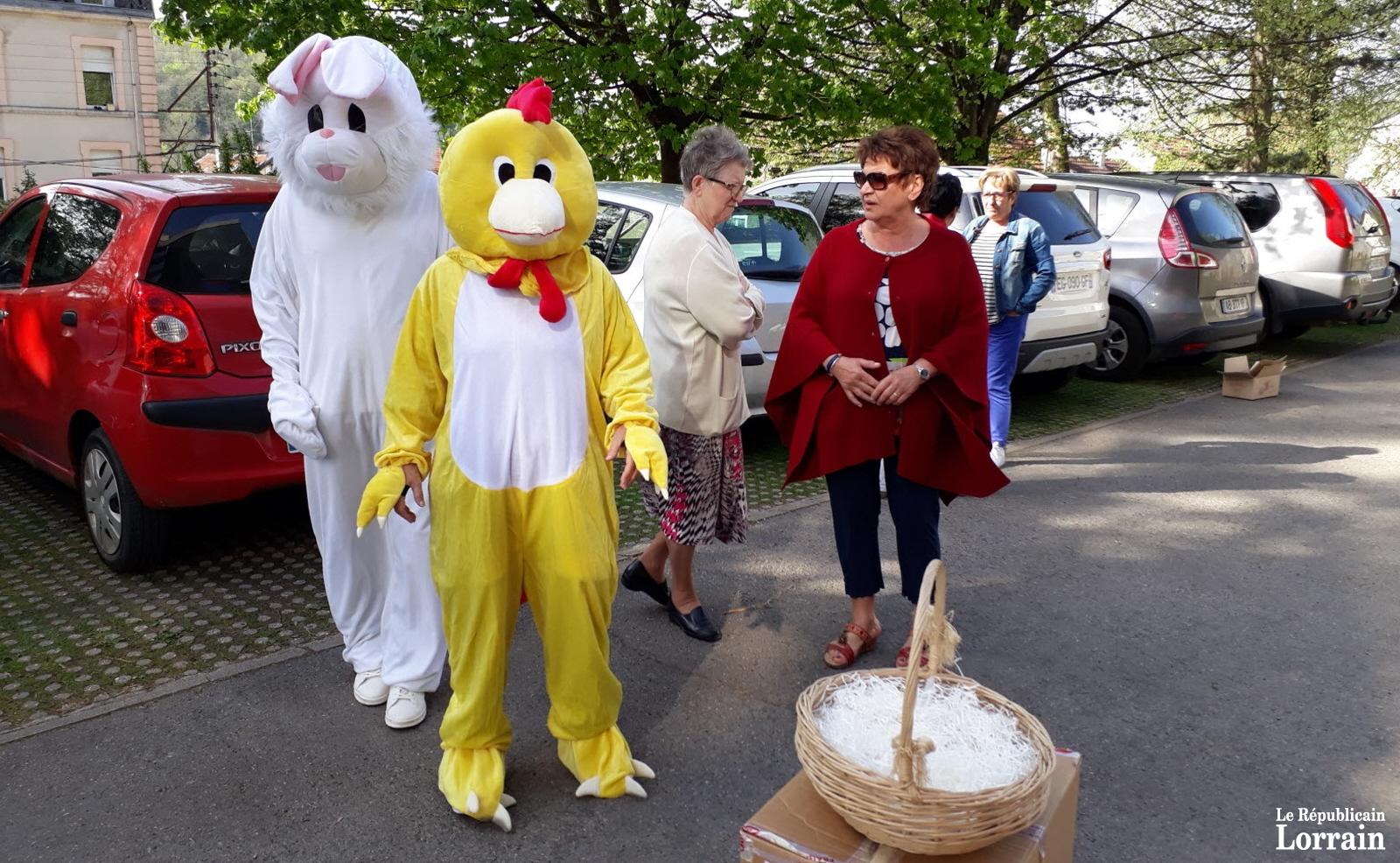 Traditionnelle chasse aux œufs pour les élèves de maternelle