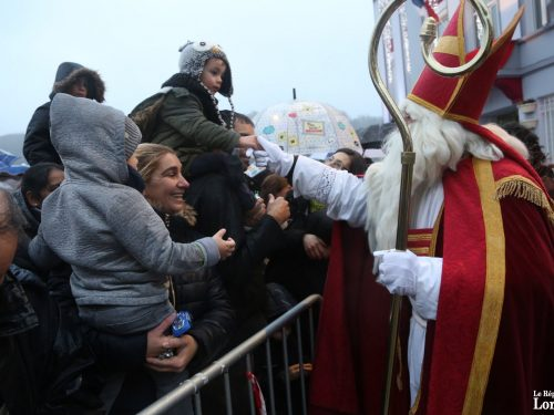 Saint Nicolas distribue des friandises