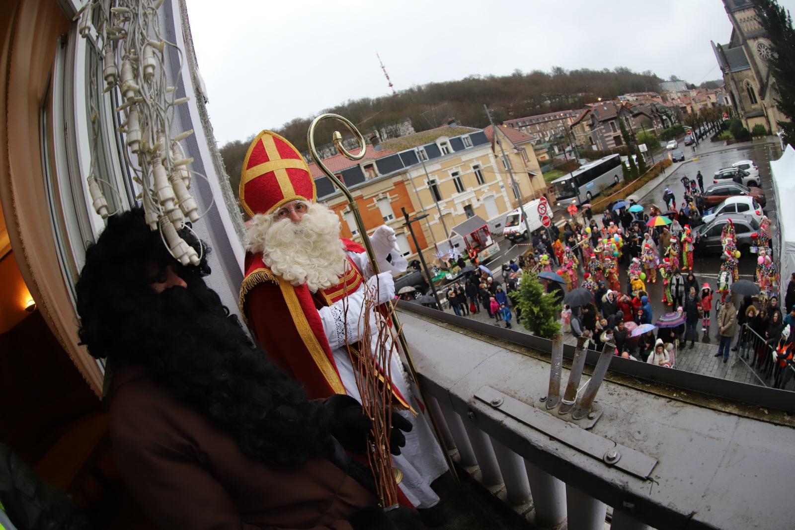 Saint Nicolas brave le vent et la pluie